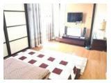Kamar tidur dan ruang tamu digabung (dihilangkan pembatasnya)
